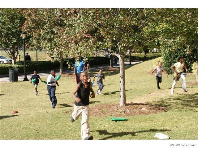 spelende kinderen rond het Martin Luther King Centrum