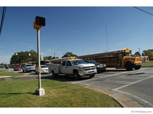 10 schoolbussen op rij om de kinderen van school naar huis te brengen