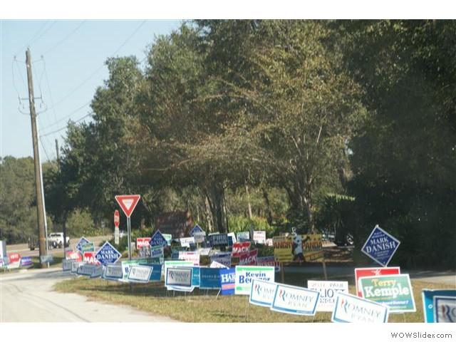 er zijn volgende week presidents verkiezingen, maar ook voor de senaat en lokaal mag er gestemd worden. Iedereen wil zich bekend maken. Niet dmv posters op een groot bord, maar met een, chaosch, van kleine bordjes langs de weg