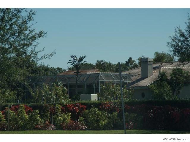 om de meeste veranda's zit gaas ter bescherming tegen de muggen