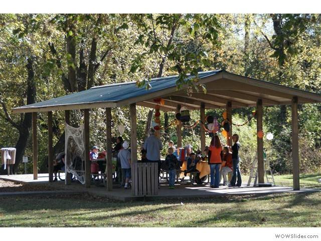 zondag middag in het park. Zeker vier families vierden er een verjaardag. Allemaal versierde picknick tafels. Kinderen leuk spelen.