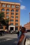 Dealey Plaza; rechtsboven het raam waaruit president Kennedey werd neergeschoten