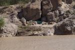 de boot ligt verstopt tussen de rotsen