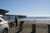 kan het luxer? Auto bijna op het strand, picknick tafel en op de achter grond de zee.......